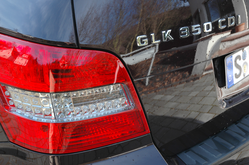 Mercedes GLK: Moderne Leuchteinheit hinten mit Modell- und Motorisierungsschriftzug.