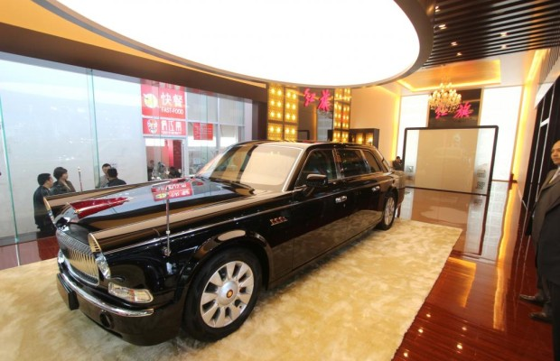 Panorama: Luxusmarke Hongqi - Rote Fahne stolz im Wind