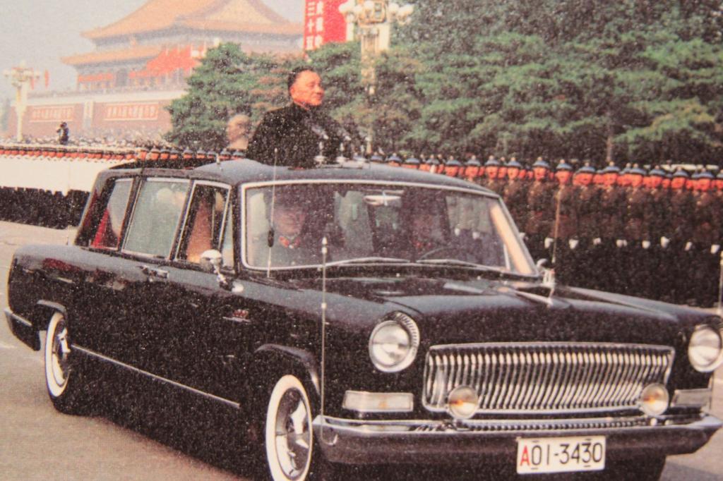 Schon der Große Vorsitzende fuhr Rote Fahne