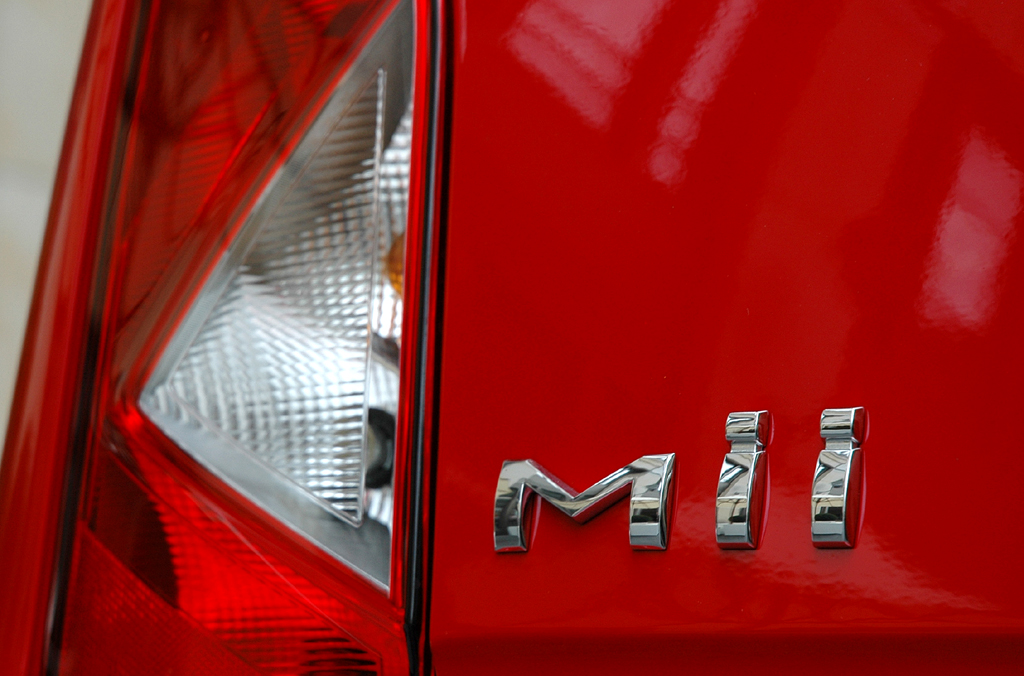 Seat Mii: Vertikal ausgerichtete Leuchteinheit hinten mit Modellschriftzug.
