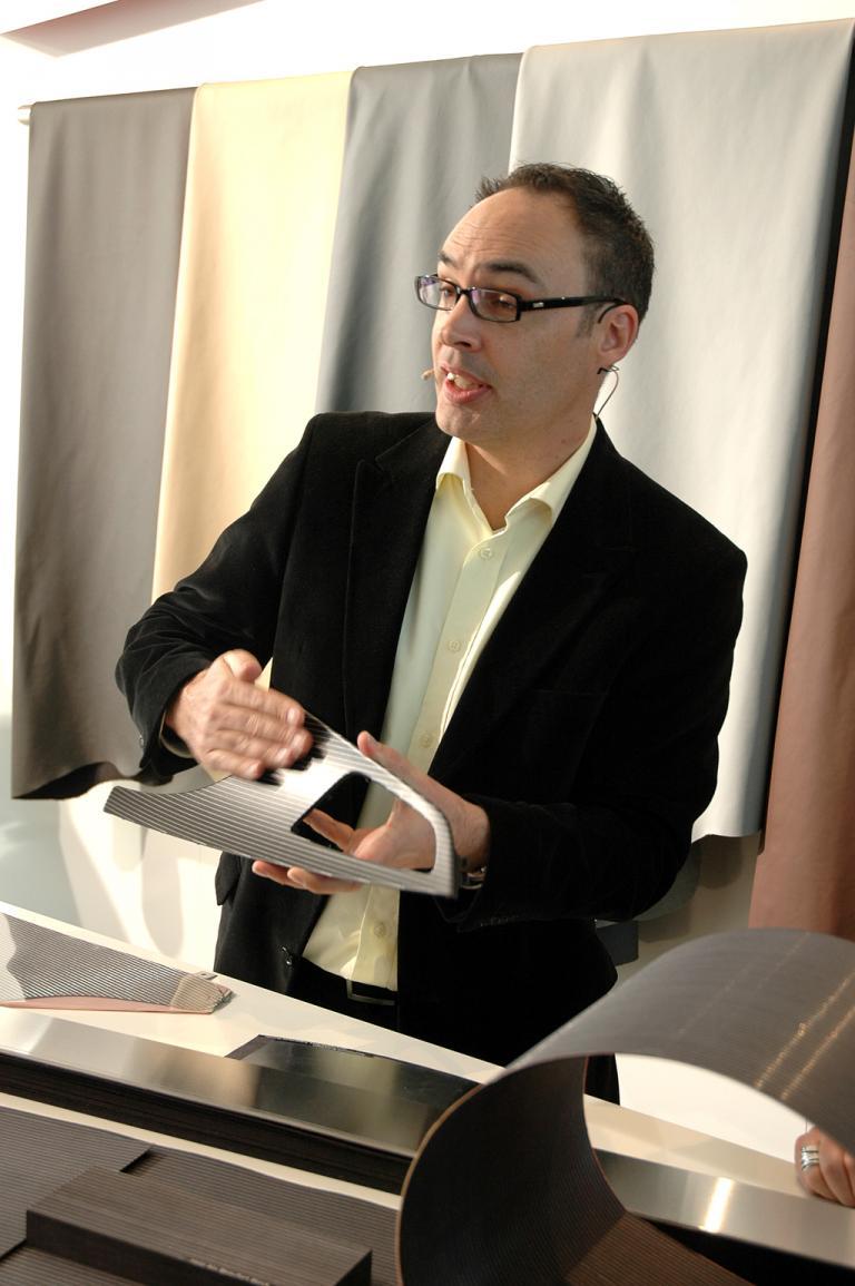 Simon Bate von der Quattro-GmbH erläutert das wertige Aluminium-/Holzdekor.