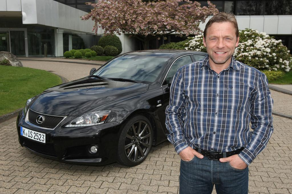 Thomas Hässler fährt Lexus