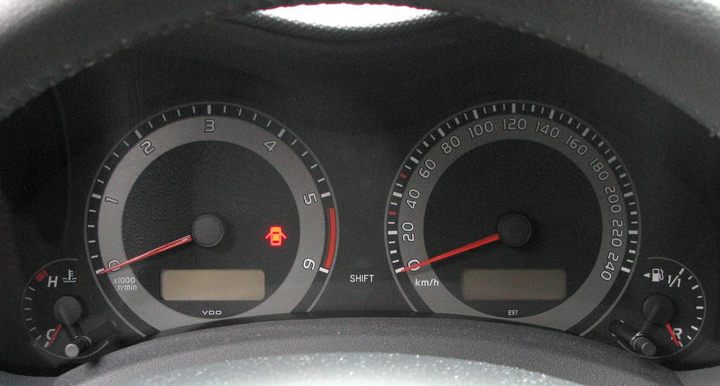 Toyota Auris: Blick durch den Lenkradkranz auf die Rundinstrumentierung.