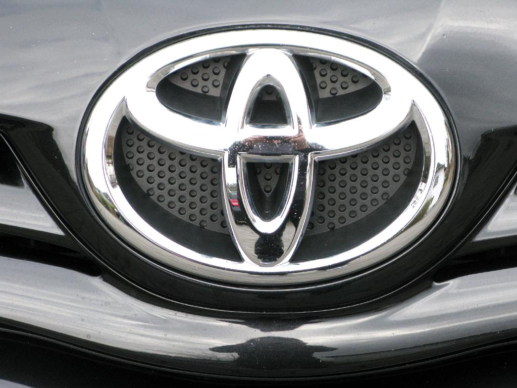 Toyota Auris: Das Markenlogo sitzt vorn über dem Kühlergrill.