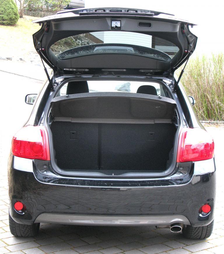 Toyota Auris: Ins Gepäckabteil passen 354 bis 1335 Liter hinein.