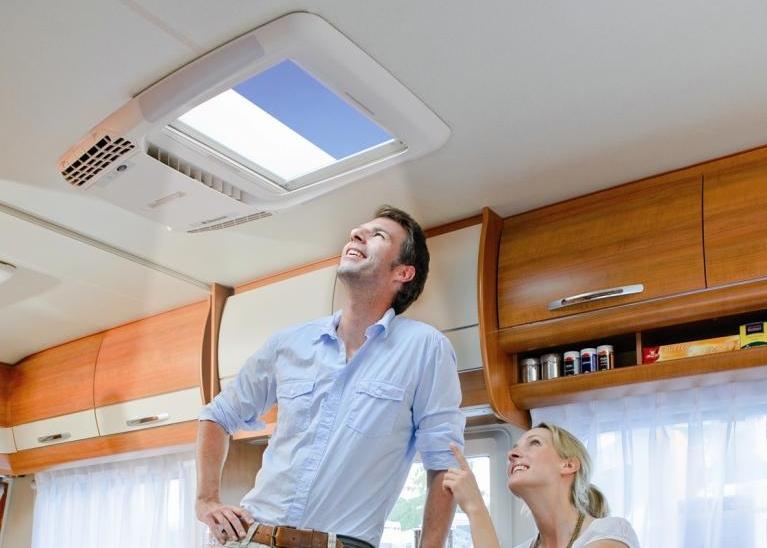 Wohnmobil: Erste Dachklimaanlage mit Fenster