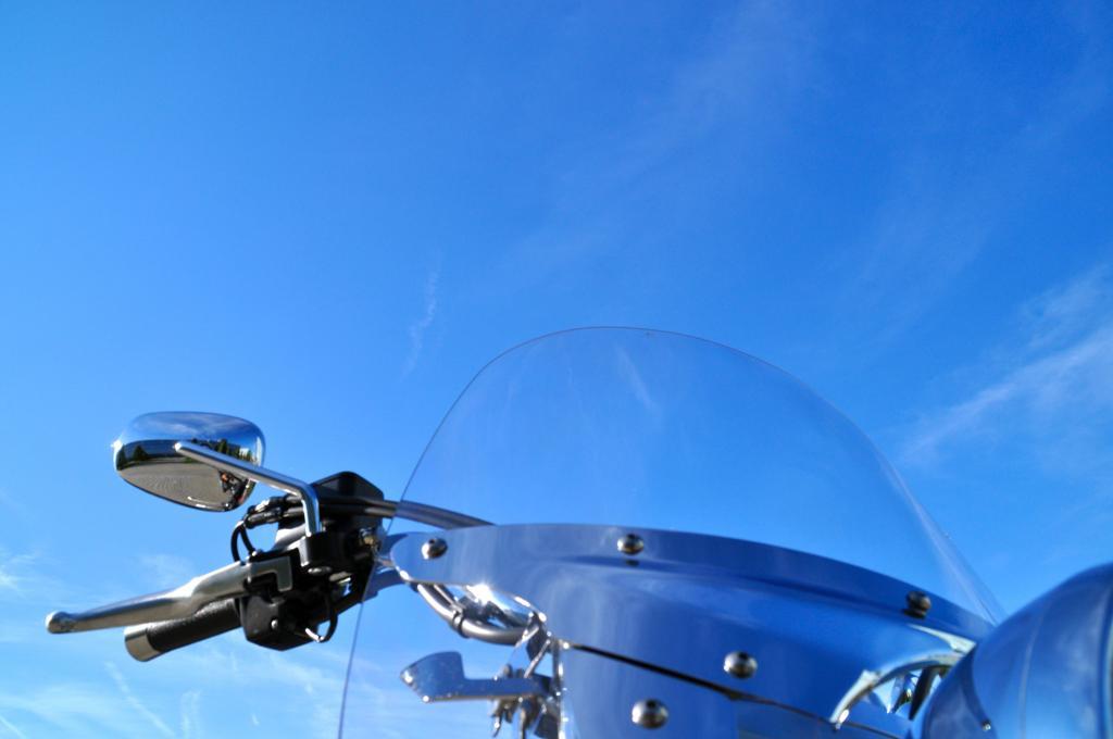 Über den extrem ausladenden Lenker hat man die 367 kg-Fuhre spätestens ab 30 km/h locker im Griff