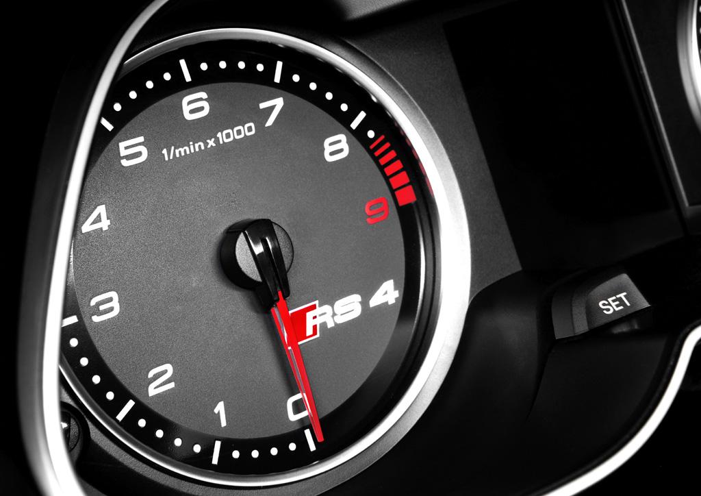 Audi RS4 Avant: Blick auf den Drehzahlmesser.