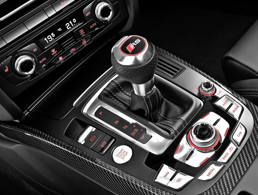 Audi RS4 Avant: Blick auf die Bedieneinheit auf dem Mitteltunnel.