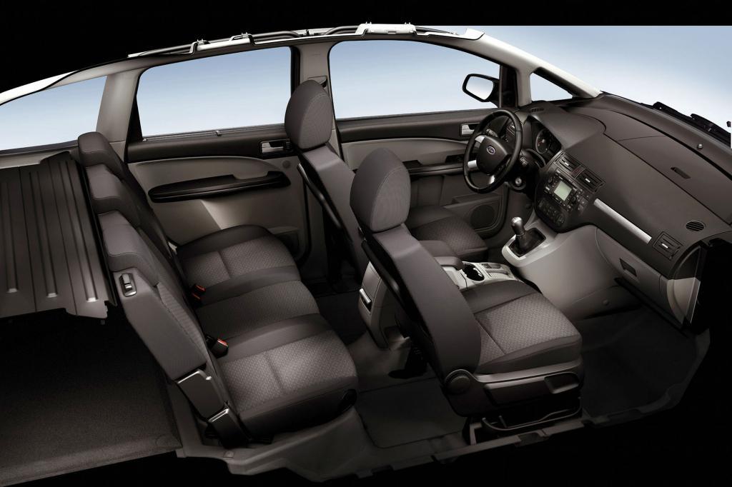Der schmale Mittelsitz wird  nach hinten weggeklappt, so dass die äußeren Sitze nach innen rücken könne