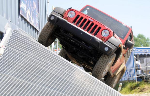 Jeep mit Geländeparcours auf der