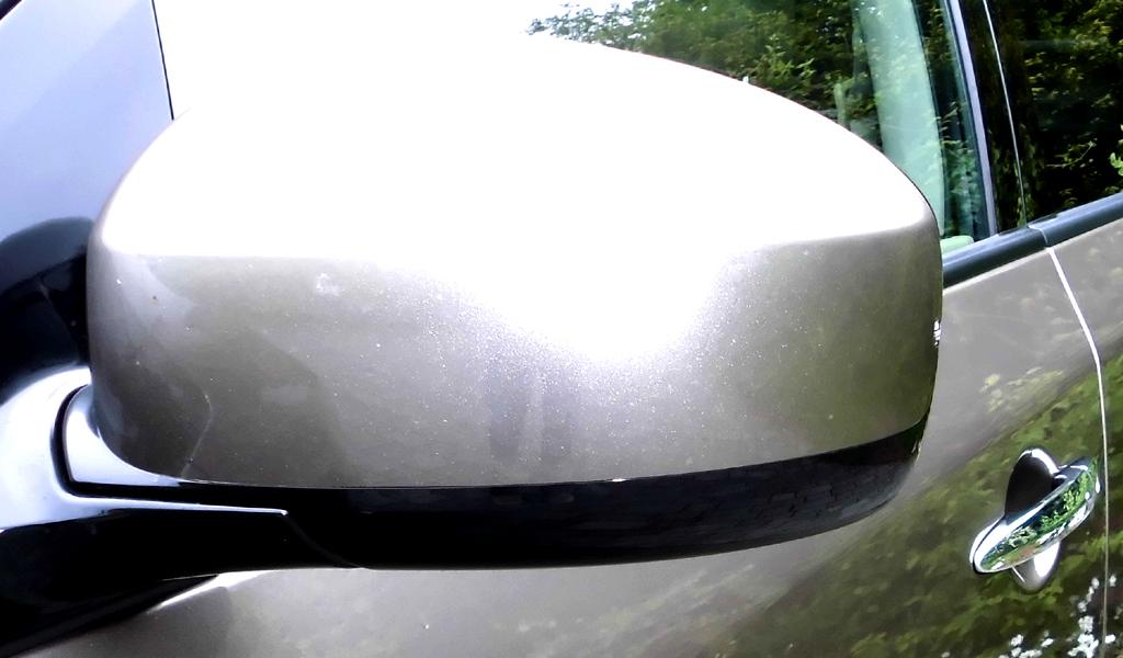 Nissan Murano: Blick auf den Außenspiegel auf der Fahrerseite.