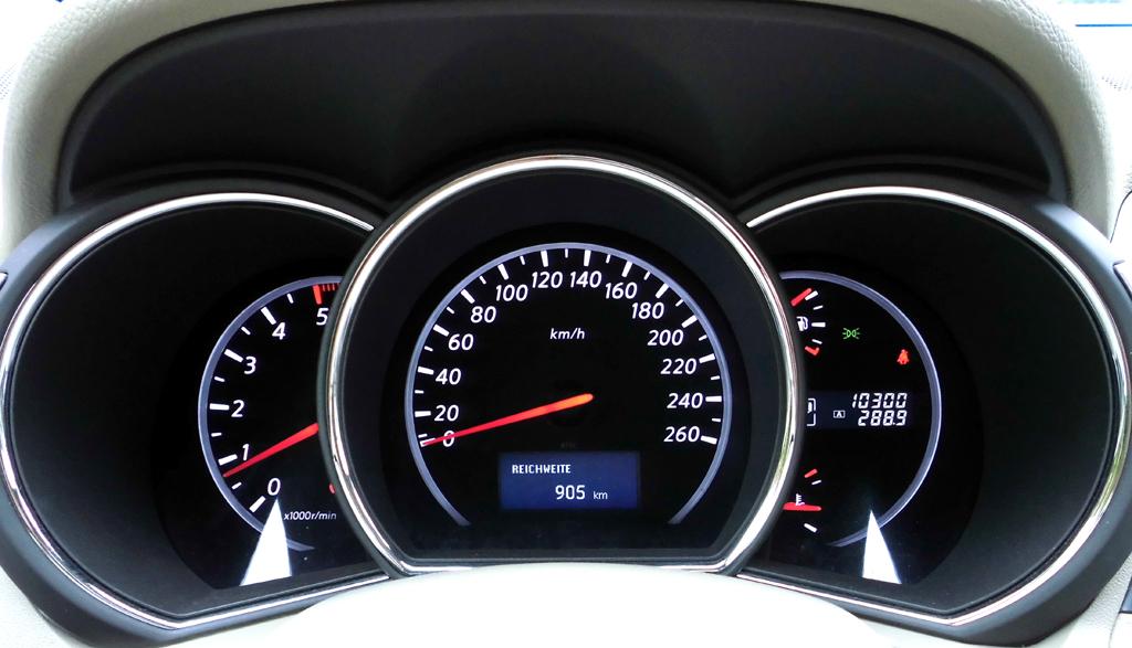 Nissan Murano: Blick durch den Lenkradkranz auf die Rundinstrumentierung.
