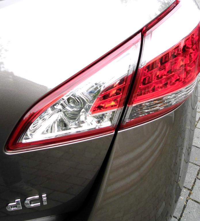 Nissan Murano: Moderne Leuchteinheit hinten mit Motorisierungsschriftzug.