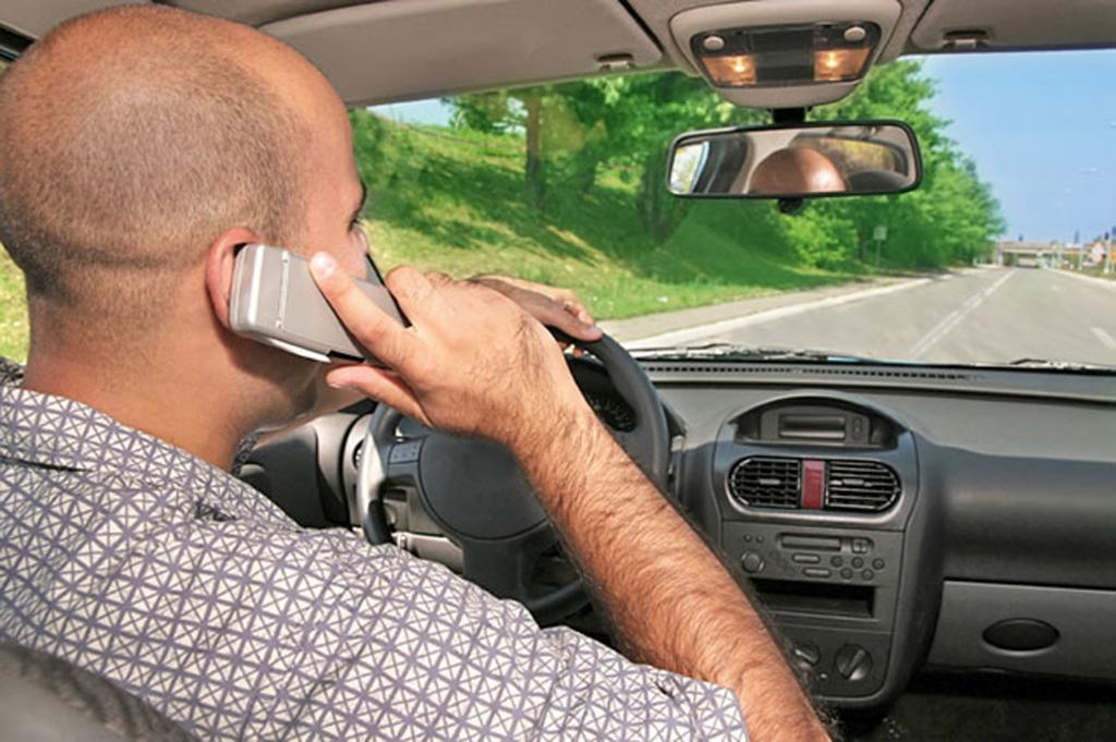 Telefonieren am Steuer - Im Ausland drohen hohe Strafen