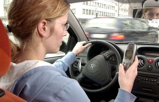 Urteil: Wegdrücken eines Handyanrufs im Auto verboten