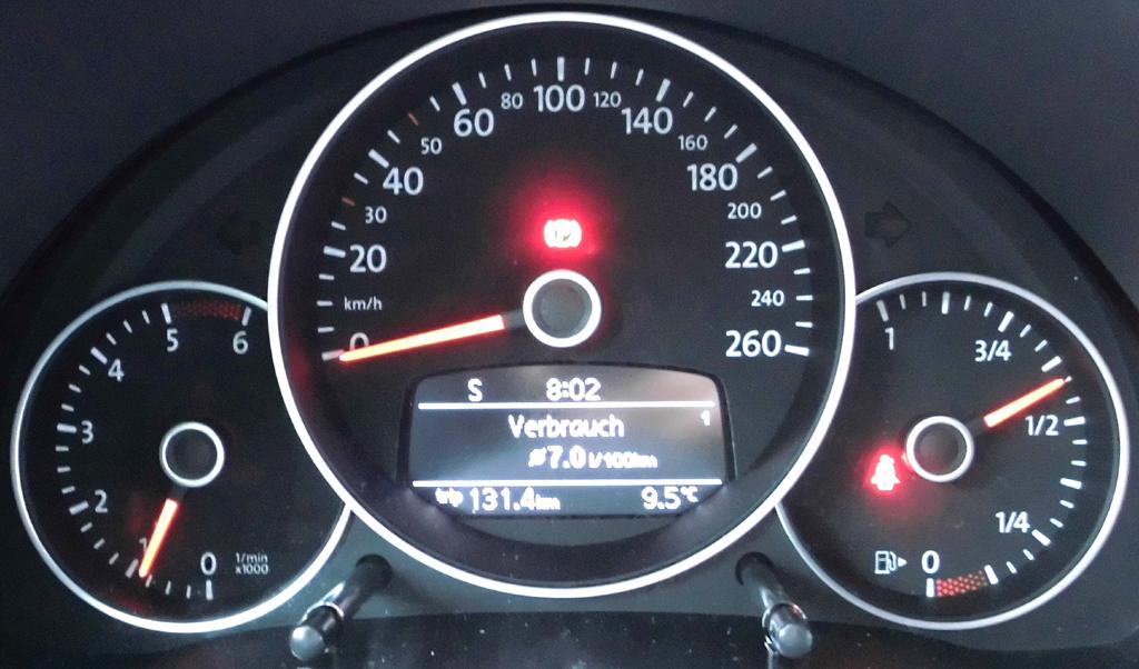 VW Beetle: Blick durch den Lenkradkranz auf die Rundinstrumentierung.