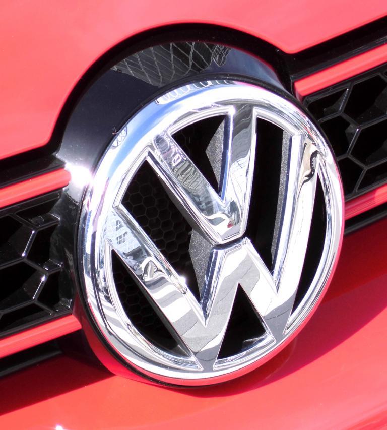 VW Golf GTI Cabrio: Das Markenlogo sitzt vorn im schmalen oberen Kühlergrill-Streifen.
