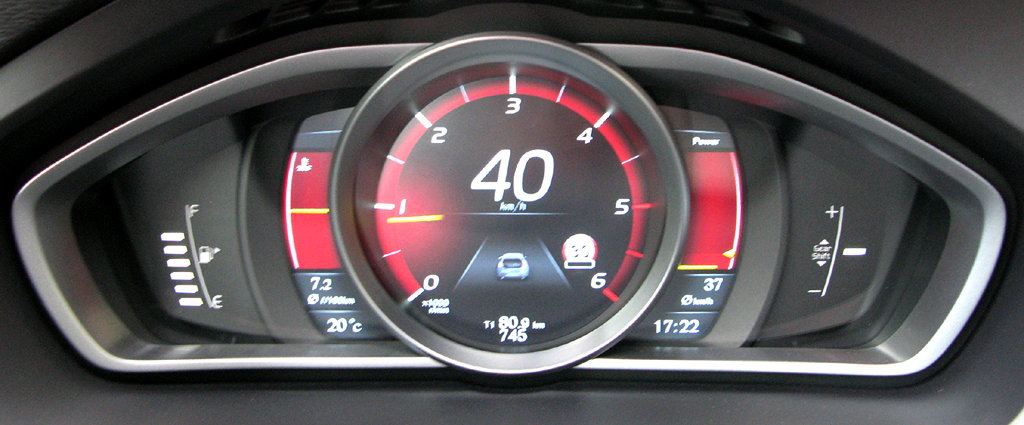 Volvo V40: Blick durch den Lenkradkranz auf die Rundinstrumentierung.