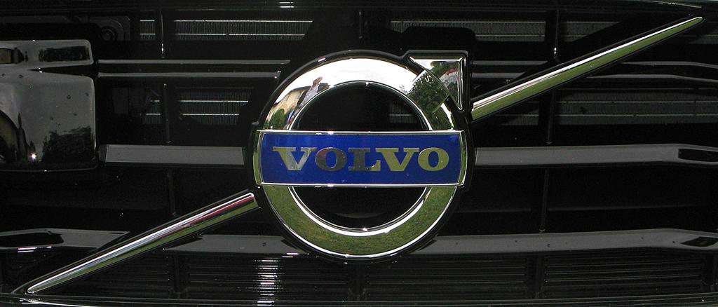 Volvo V40: Das Markenlogo sitzt vorn in einer Chrom-Querstrebe im Kühlergrill.