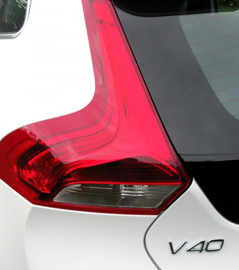 Volvo V40: Geschwungene Bumerang-Leuchteinheit hinten mit Modellschriftzug.
