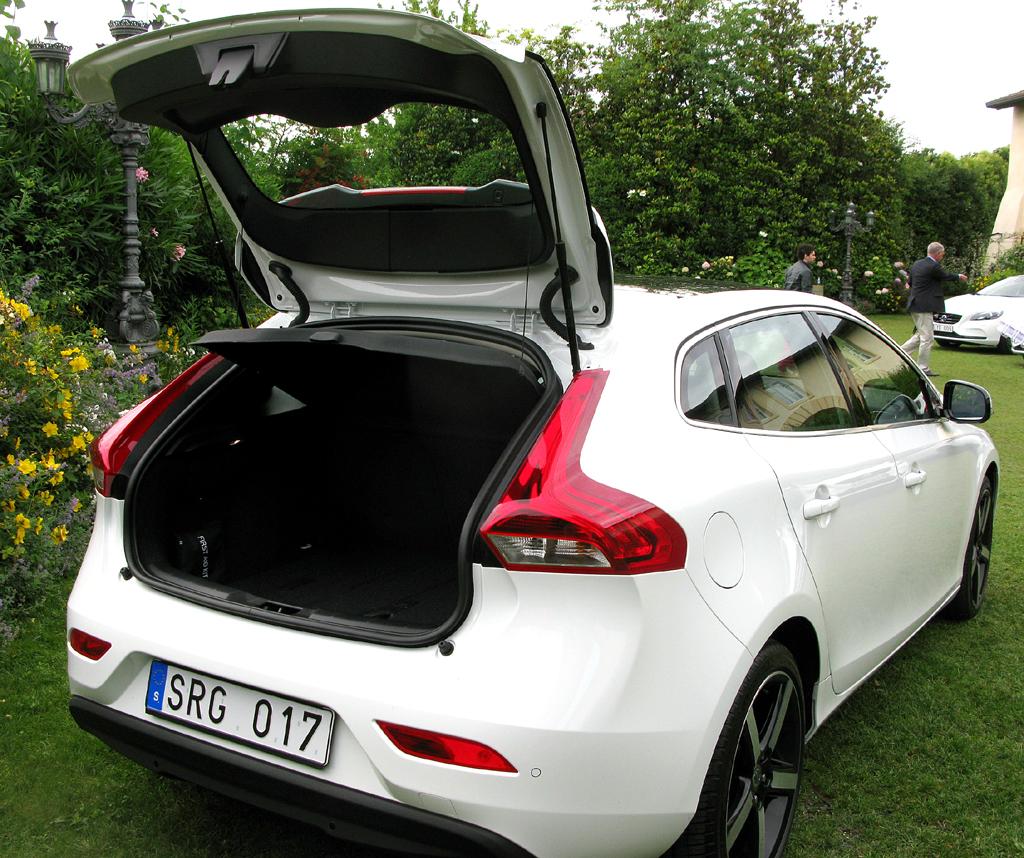 Volvo V40: Ins Gepäckabteil passen eher bescheidene 335 bis 1032 Liter hinein.