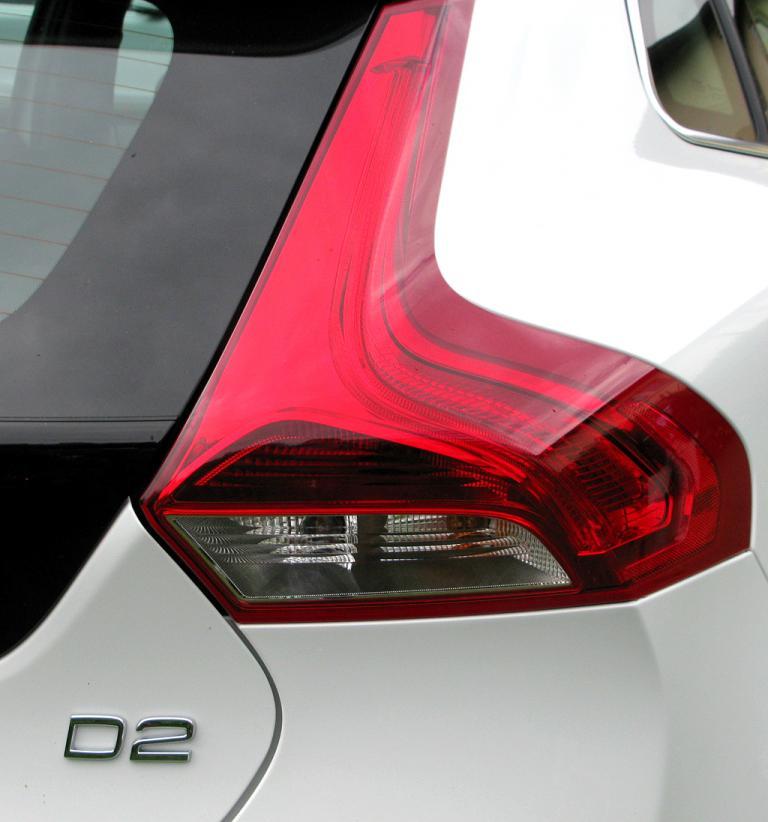 Volvo V40: Moderne Leuchteinheit hinten mit Motorisierungsschriftzug.
