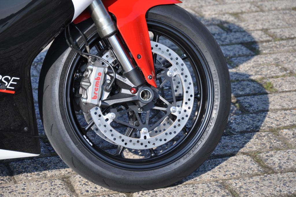 330 mm große Bremsscheiben sowie bissige Monobloc-Zangen von Brembo gehöhren dazu