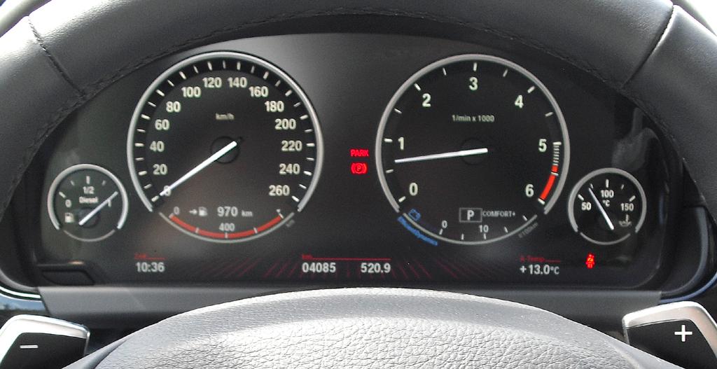 BMW Coupé 640d: Blick durch den Lenkradkranz auf die Rundinstrumentierung.