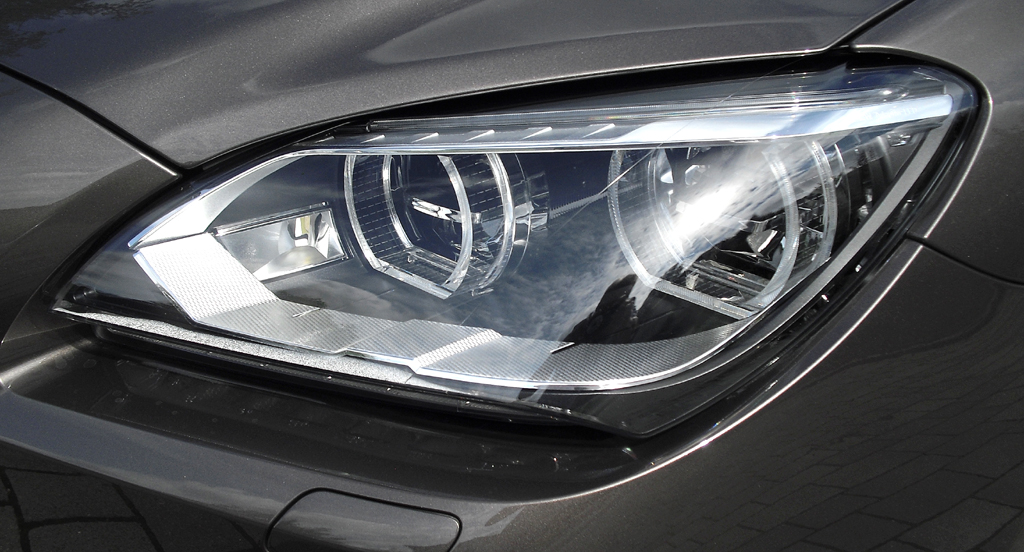 BMW Coupé 640d: Moderne Xenon-Leuchteinheit mit LED-Tagfahrlicht vorn.