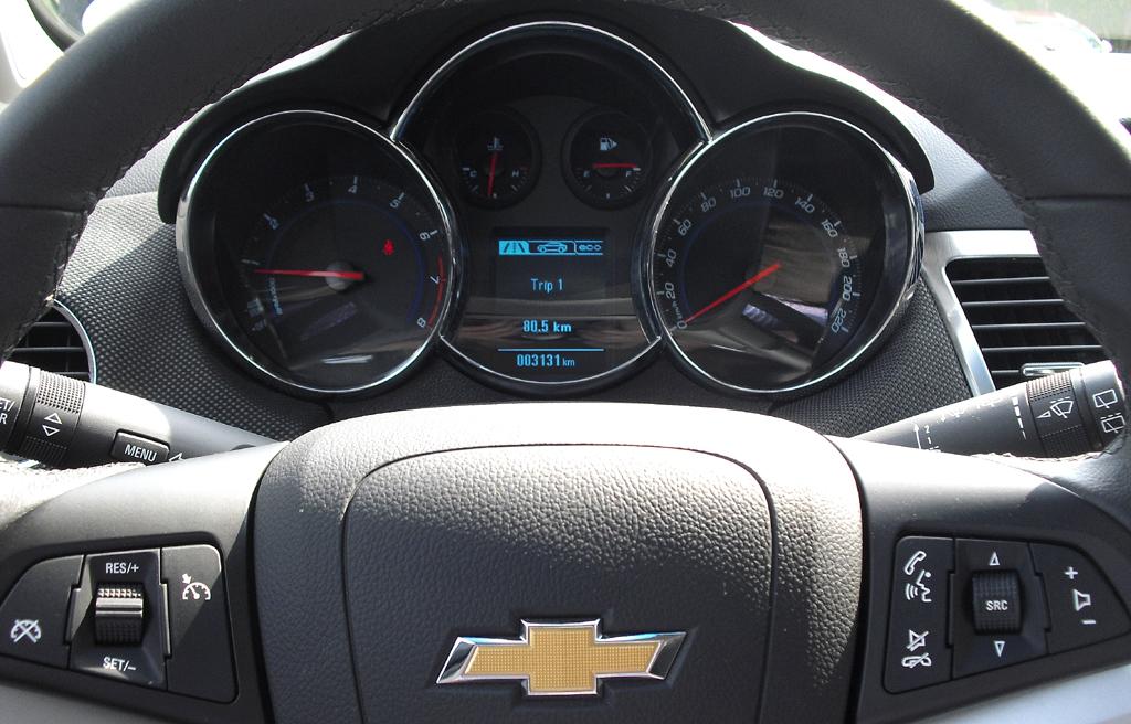 Chevrolet Cruze Kombi: Blick durch den Lenkradkranz auf die Rubdinstrumentierung.
