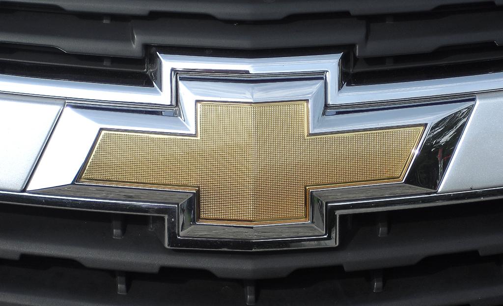 Chevrolet Cruze Kombi: Das Markenlogo sitzt vorn in einer Spange im oberen Kühlergrill-Teil.
