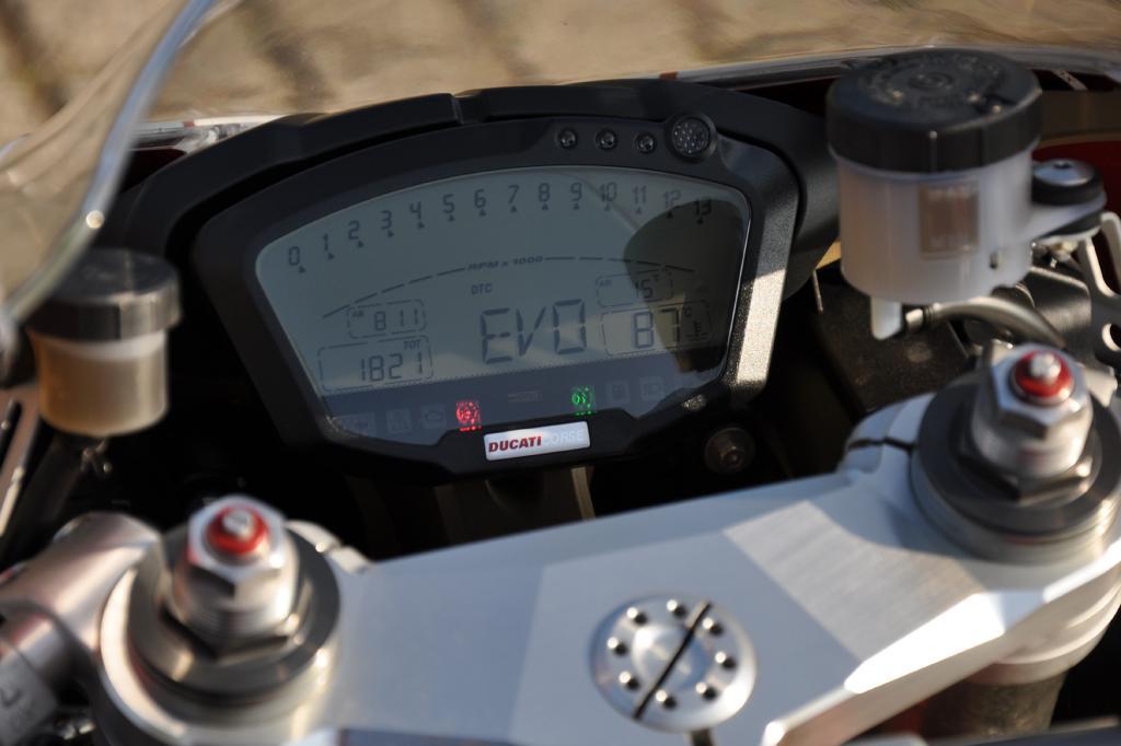 Das aus der MotoGP abgeleitete Cockpit zeigt derweil Geschwindigkeit, Motordrehzahl, Rundenzeit, Uhrzeit an