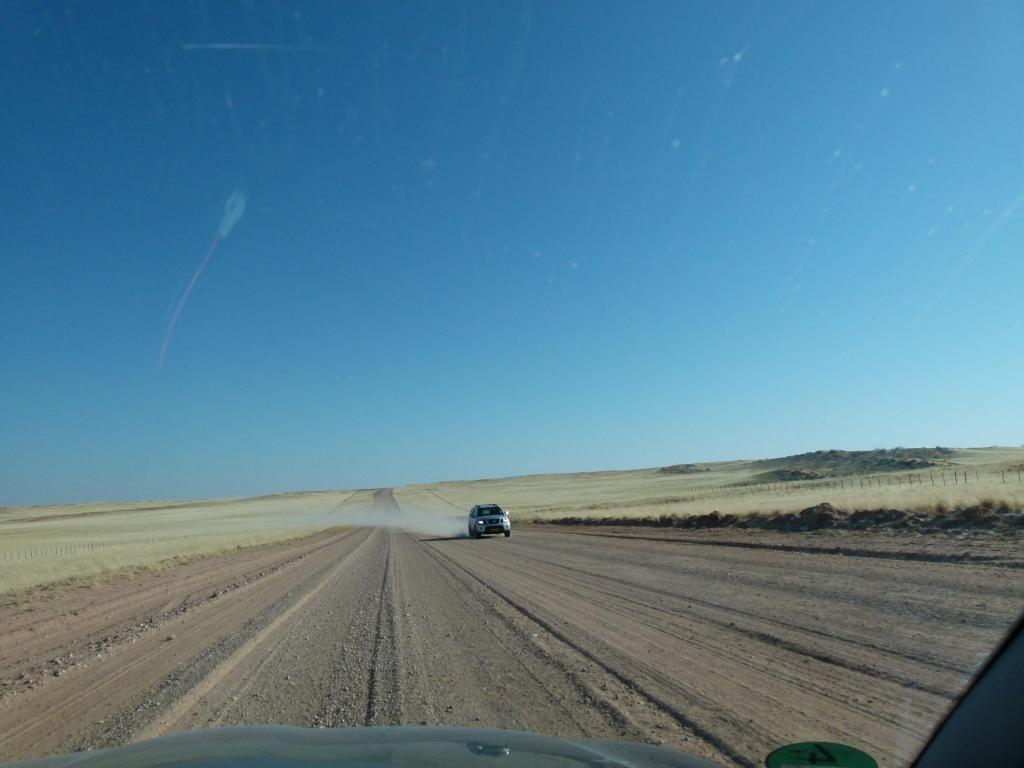 Gegenverkehr bedeutet auf Naturstraßen immer Steinschlag.