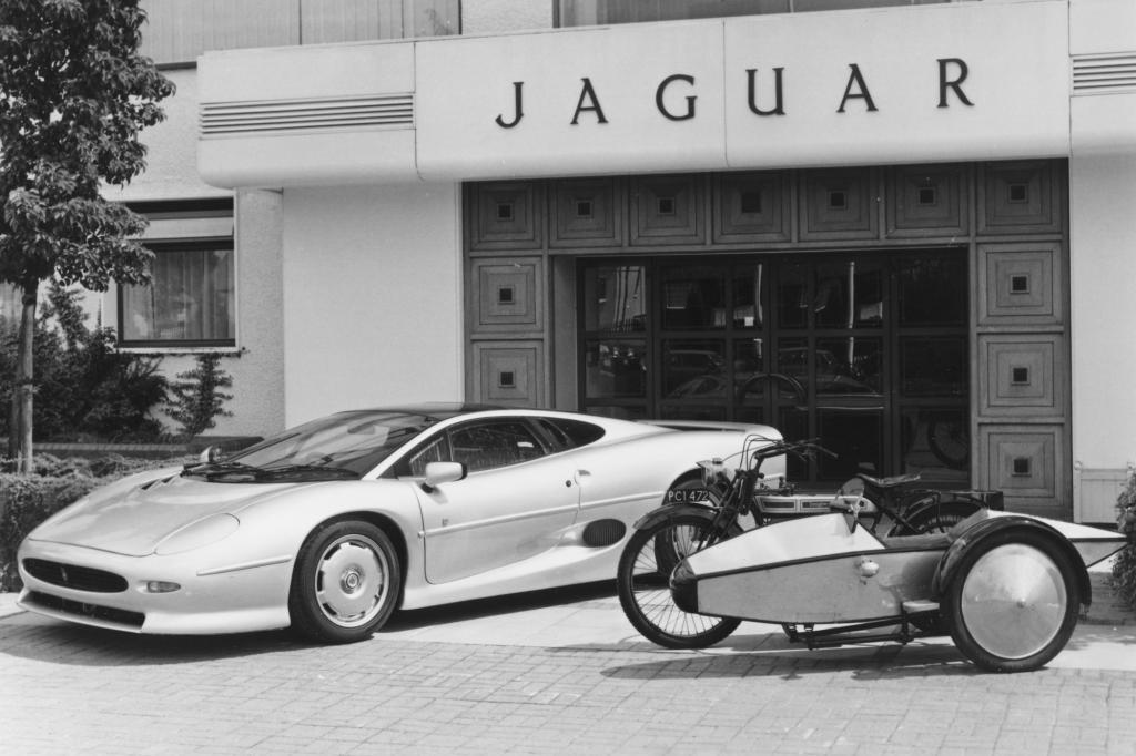 Jaguar XJ 220 von 1993 und Swallow Sidecar von 1922