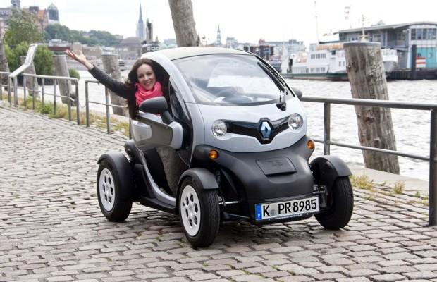 Künstlerin fährt Renault Twizy