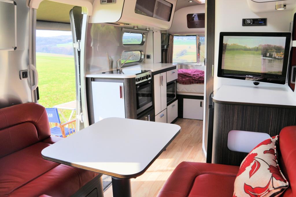 Mit einer Länge von 6,80 Metern bietet der Caravan Platz für zwei Erwachsene und zwei Kinder