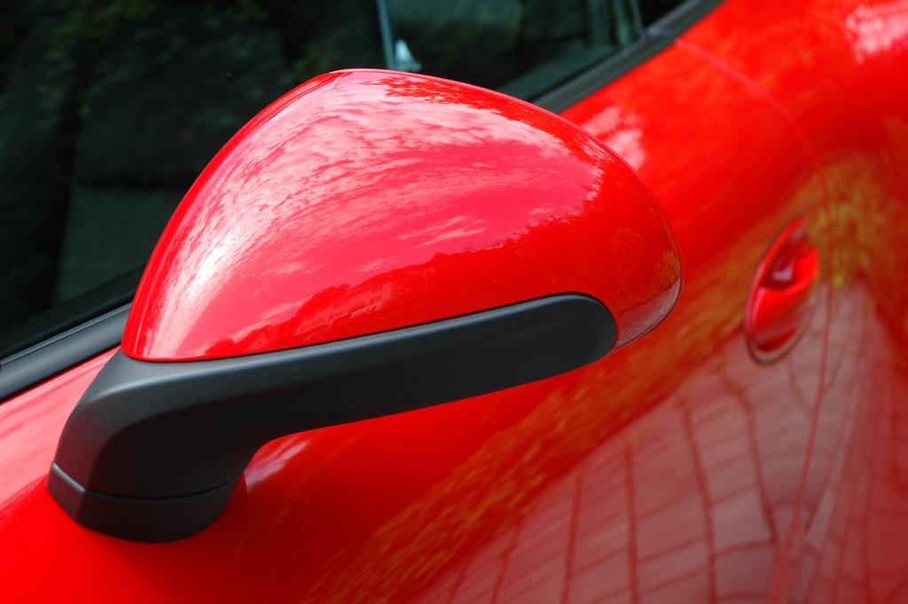 Porsche 911 Carrera S: Blick auf den Außenspiegel auf der Fahrerseite.