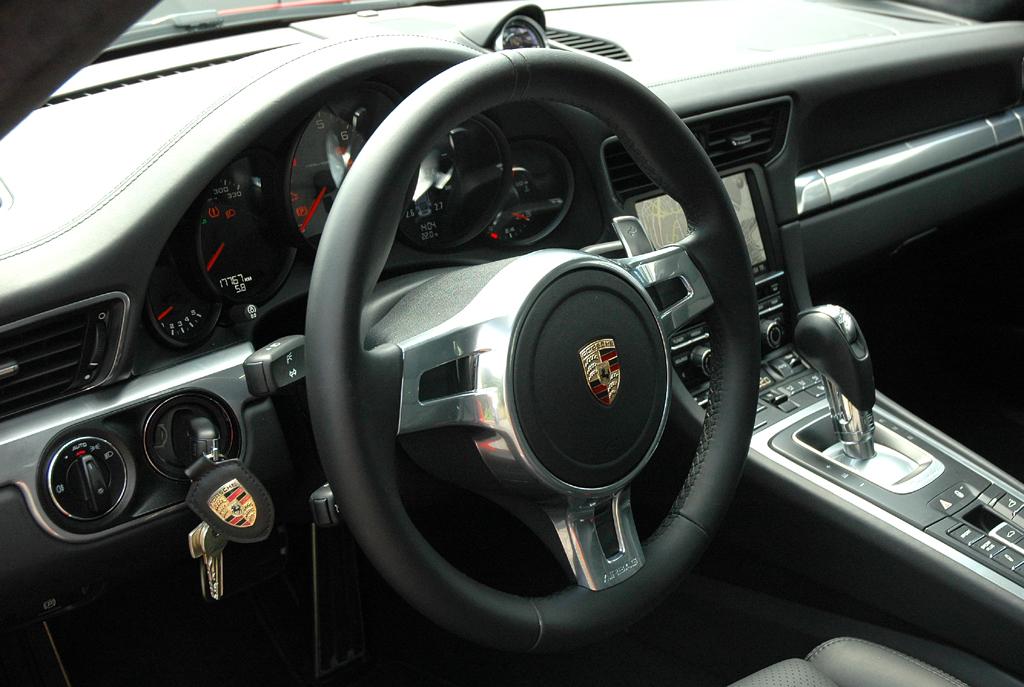 Porsche 911 Carrera S: Blick ins sportlich-funktionelle Cockpit.