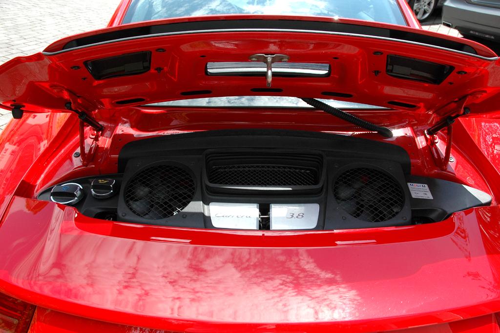 Porsche 911 Carrera S: Blick unter die kleine Motorhaube hinten.