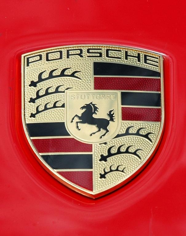 Porsche 911 Carrera S: Das Markenlogo sitzt vorn auf der Kofferraumhaube.