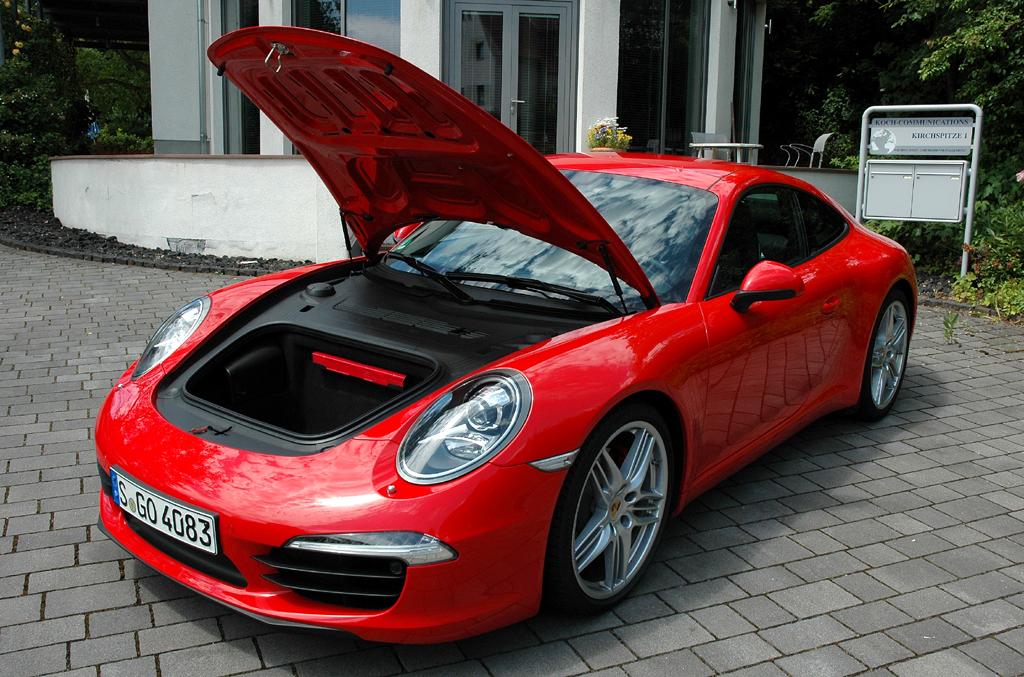 Porsche 911 Carrera S: In den kleinen Kofferraum vorn passen 105 Liter hinein.