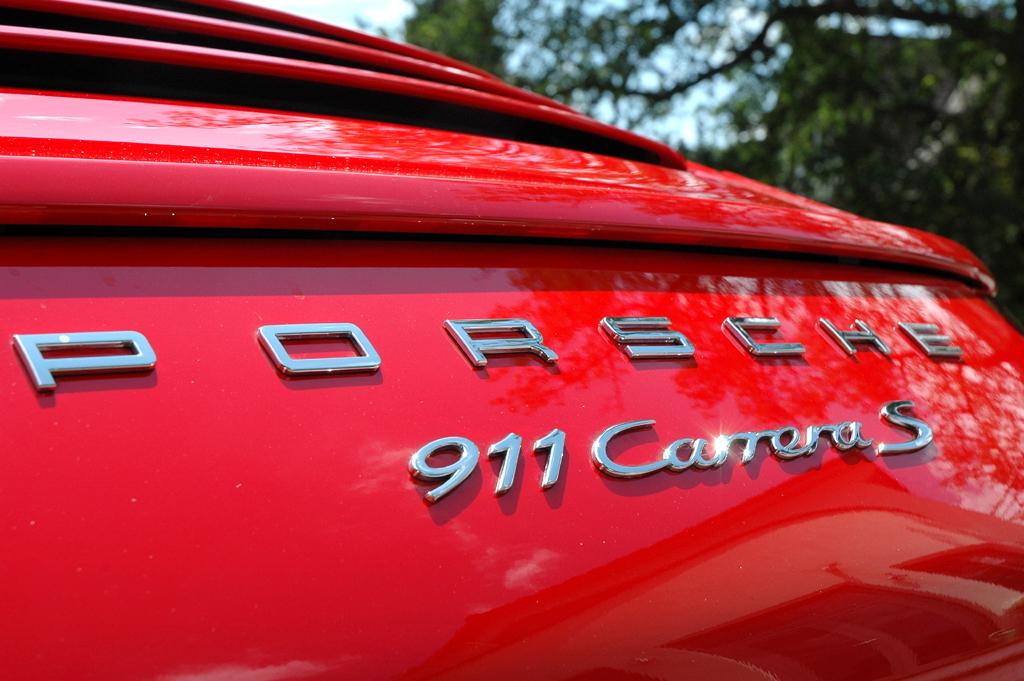 Porsche 911 Carrera S: Marken- und Modellschriftzug am Heck.
