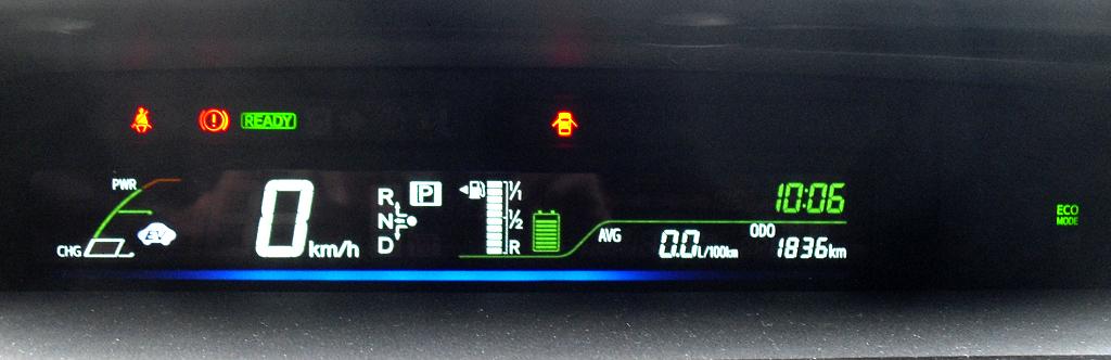 Toyota Prius+: Blick auf das schmale Zentraldisplay in der Mitte.
