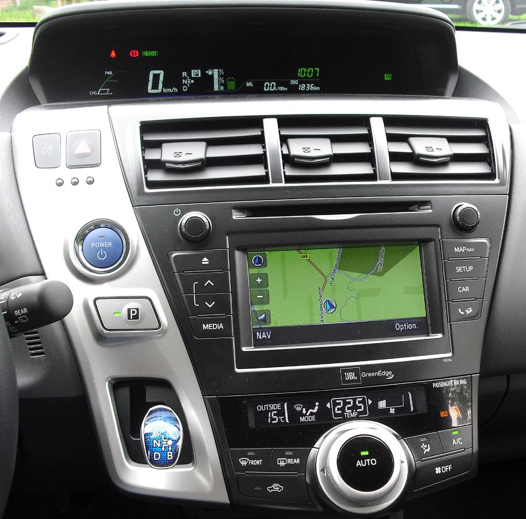 Toyota Prius+: Blick auf den gesamten mittleren Armaturenträger.