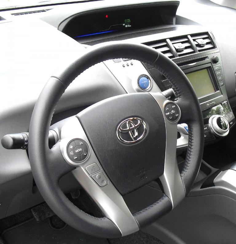 Toyota Prius+: Blick ins recht übersichtlich gestaltete Cockpit.