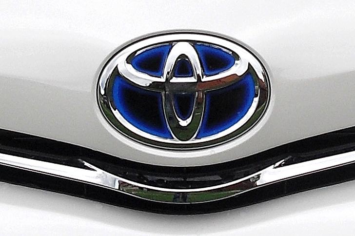 Toyota Prius+: Das Markenlogo sitzt vorn unterhalb der Motorhaube.