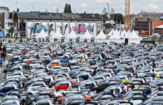 1114 Fahrzeuge bildeten die längste Smart-Parade der Welt