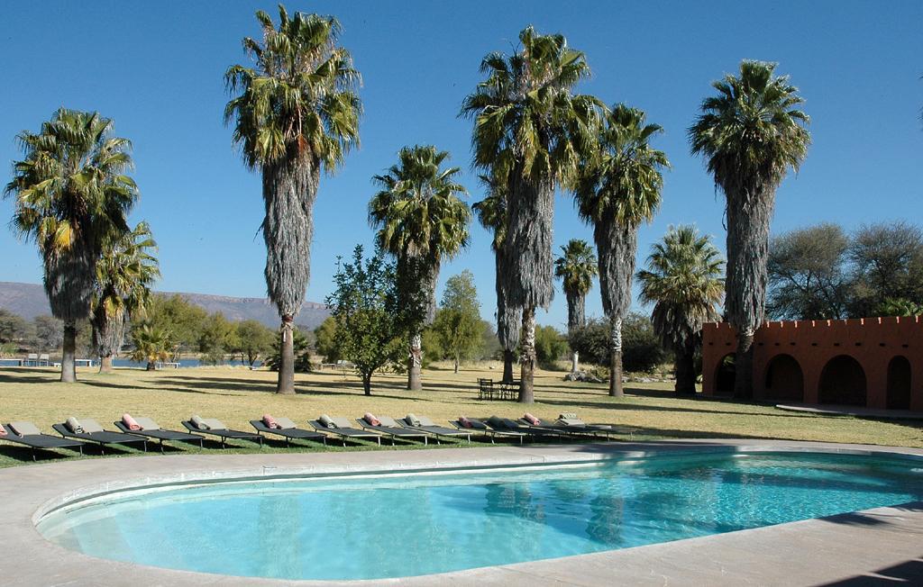 Abkühlung tut manchmal gut: Swimming Pool der Mount Etjo Safari Lodge ...