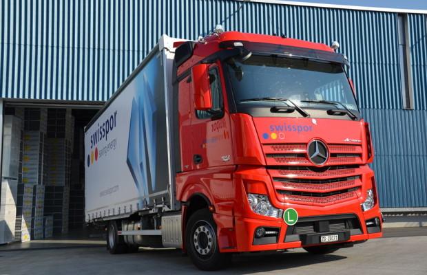 Acht Mercedes-Benz Actros für Swisspor
